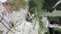 La via ferrata du Fort l'Ecluse: Tommy � l'attaque d'un surplomb